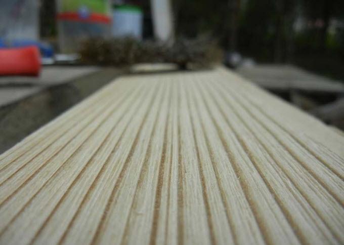Такой вид приобретает деревянная поверхность после обработки металлической щеткой