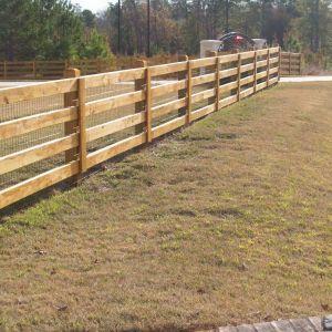 Такой забор является традиционным вариантом для сельскохозяйственных объектов