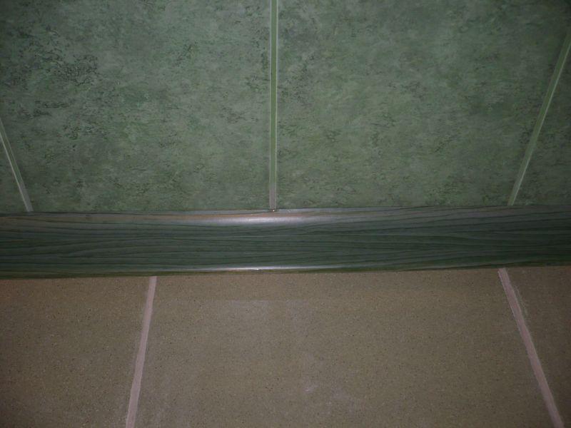 Традиционный пластиковый плинтус для ванной в сочетании с кафельной отделкой стен и пола