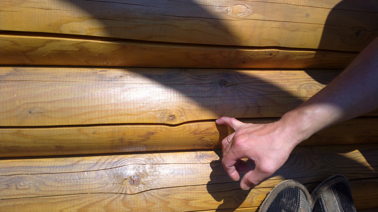 Трещины появляются при колебаниях влажности.