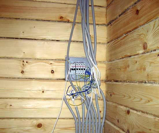 Трубки и кабеля, подведённые к приборному щитку