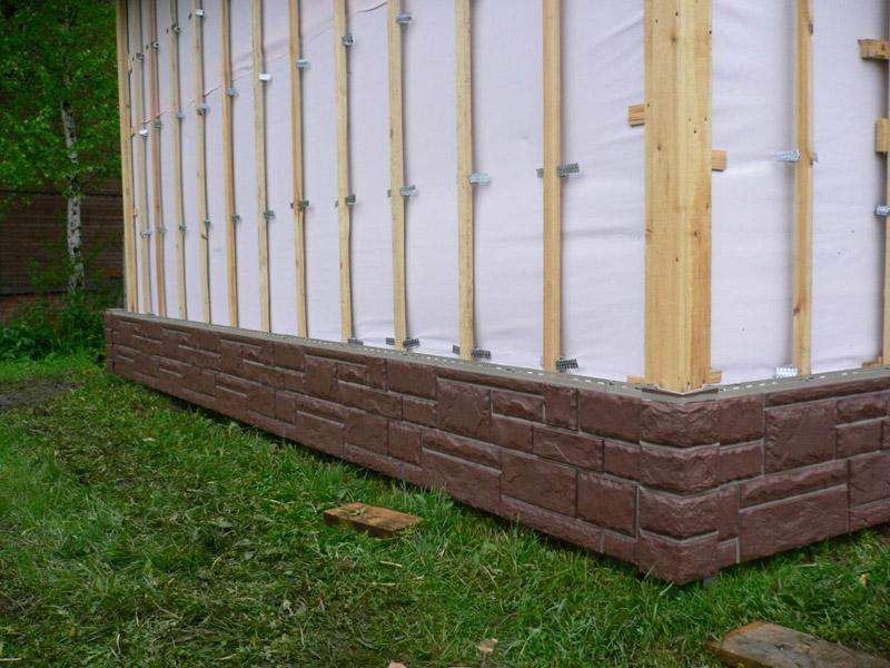 Цокольный сайдинг в нижней части стены