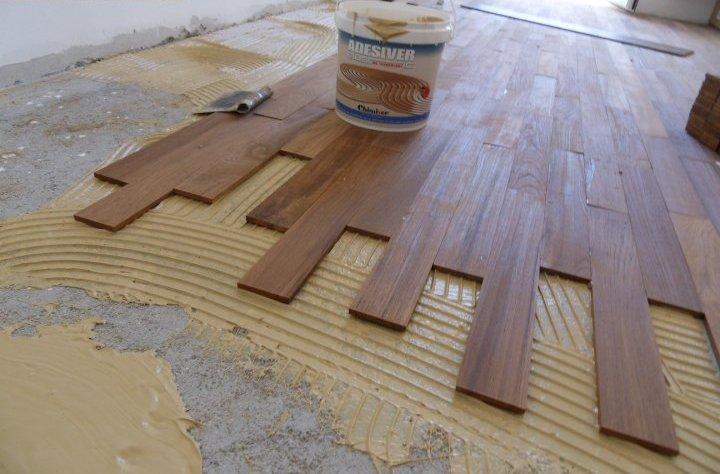 Укладка доски из массива на бетонное основание.