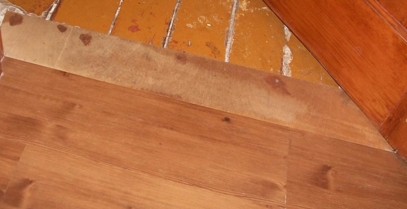 Уложенный на деревянный пол ламинат