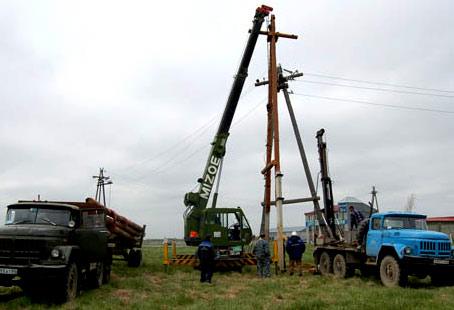 Установка деревянного столба под электричество бригадой электриков