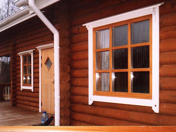 Установленные наличники для дома из оцилиндрованного бревна свидетельствуют о последнем этапе строительных работ