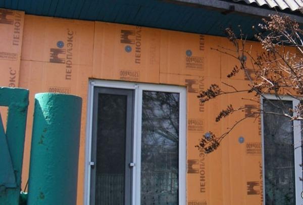 Утепление деревянного дома снаружи пеноплексом своими руками позволит сэкономить на энергоносителях и защитить его от распространения огня