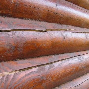 В процессе эксплуатации древесина деформируется и растрескивается.