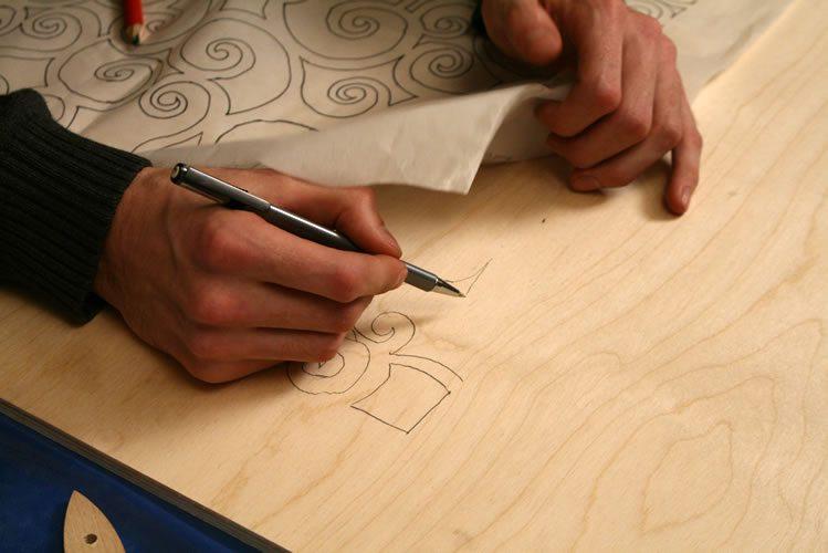 В зависимости от сложности рисунка – перенос изображения на фанеру может осуществляться по-разному.