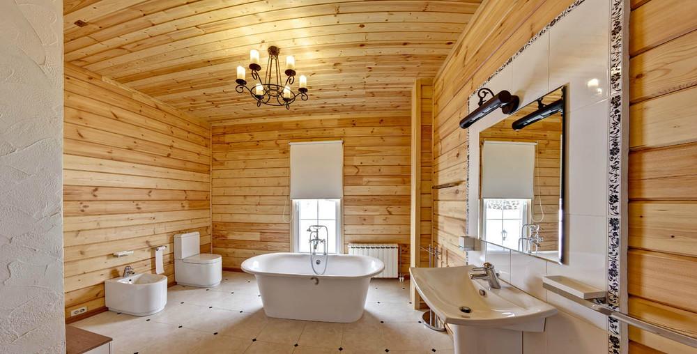 Ванна установлена посредине комнаты, чтобы брызги не попадали на стены