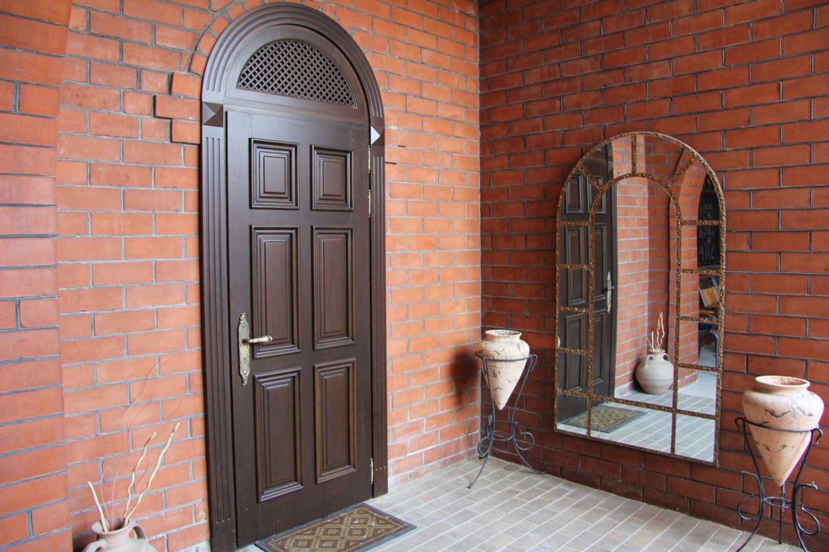 Входные двери из клееного массива