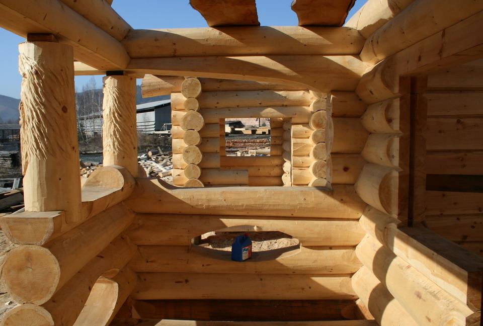 Вид деревянного дома в период усадки
