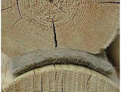 Войлок, уложенный между брёвнами, позволит ещё сильнее сократить возможные тепловые потери