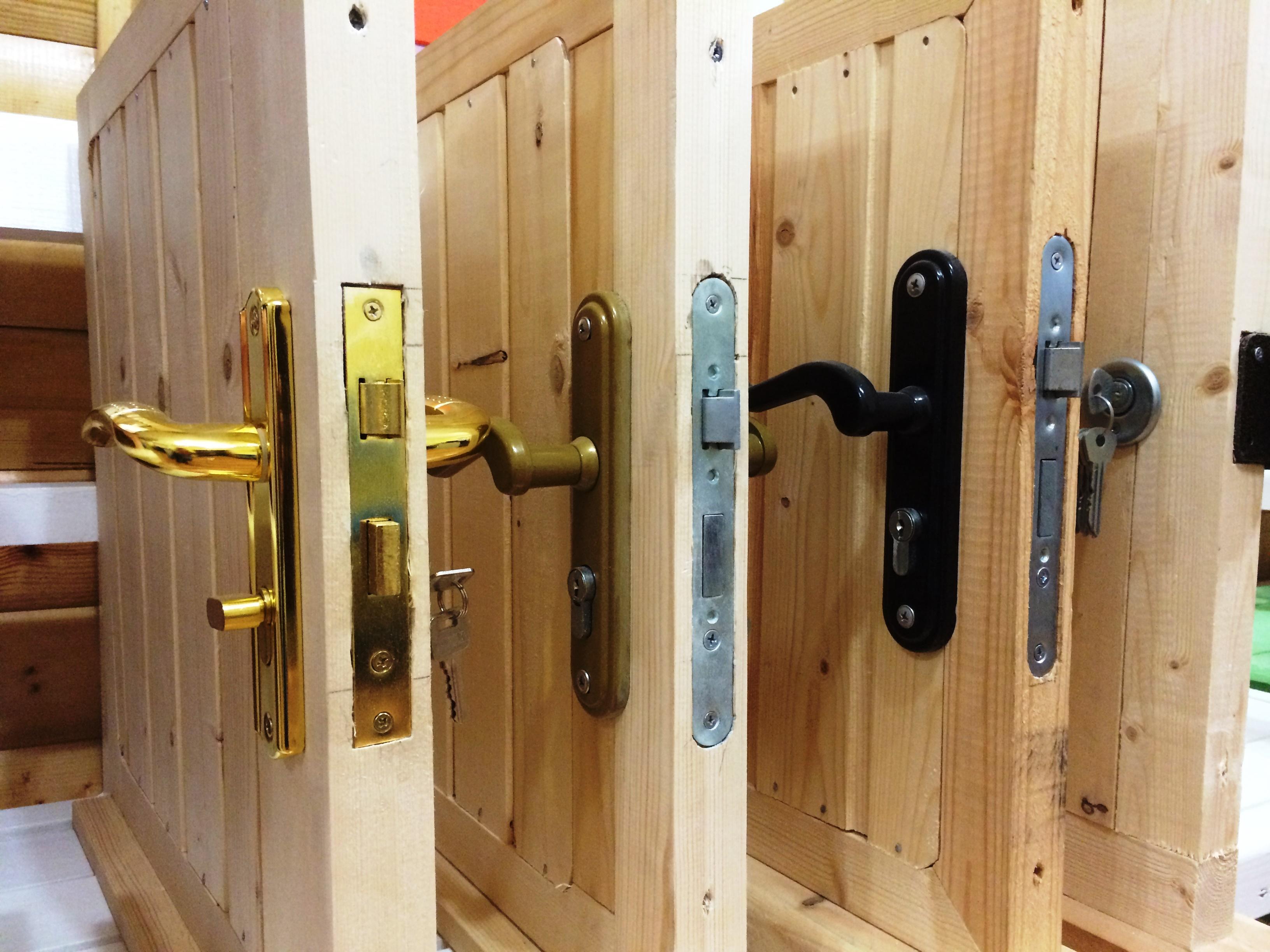 Врезной замок для деревянной двери – стенд в магазине