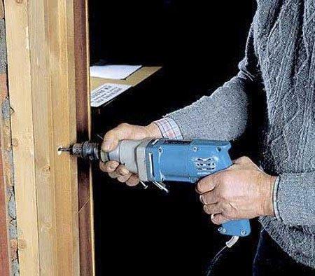 Все необходимые отверстия следует делать с помощью электродрели