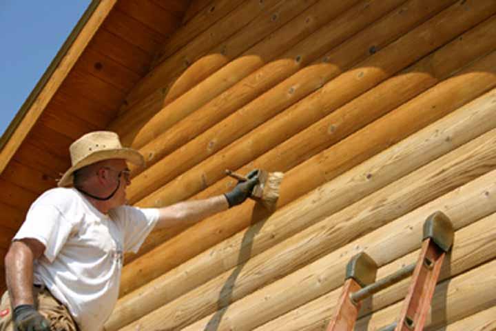 Вскрытие деревянного дома лаком