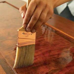 Вскрываем поверхность лаком, чтобы защитить древесину и подчеркнуть ее текстуру