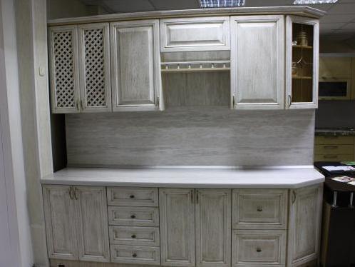 Выбеленная мебель в интерьере кухни