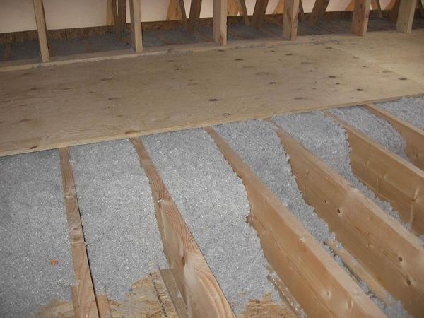 Выровнять и утеплить пол в деревянном доме можно с помощью лаг и сыпучего утеплителя.