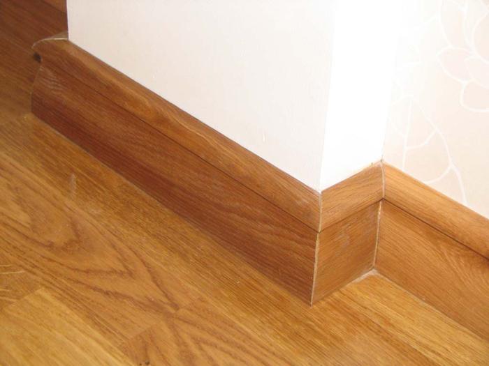 Высокие деревянные плинтуса для пола закрывают собой возможные дефекты