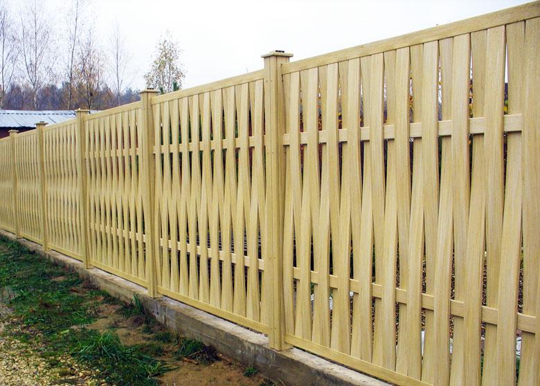Забор из дерева на фундаменте с изогнутыми элементами.