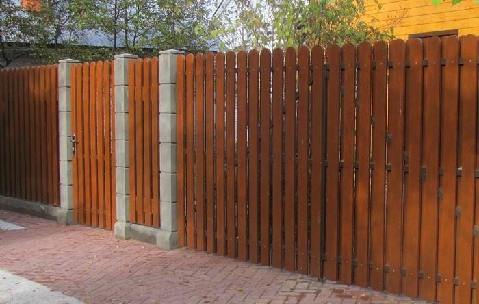 Забор из доски после покраски