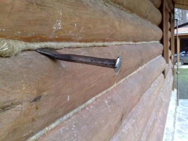Законопатить щели между бревнами можно своими руками с помощью простых инструментов и джута.