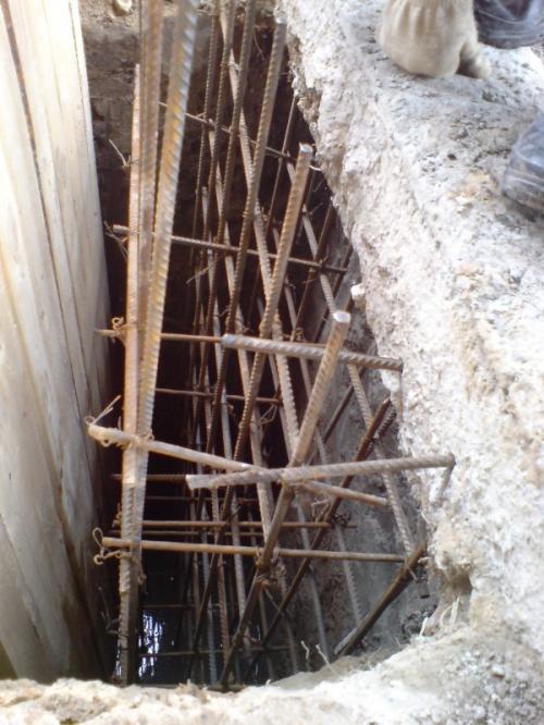 Заливается участок фундамента, который связан с предыдущим арматурой