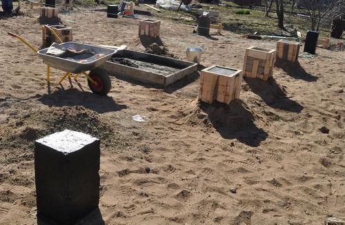 Заливка бетонных столбиков основания