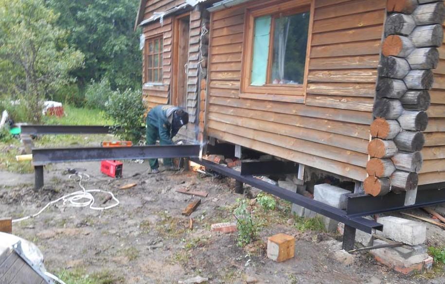 Замена сгнивших венцов деревянного дома с помощью рамки из швеллеров