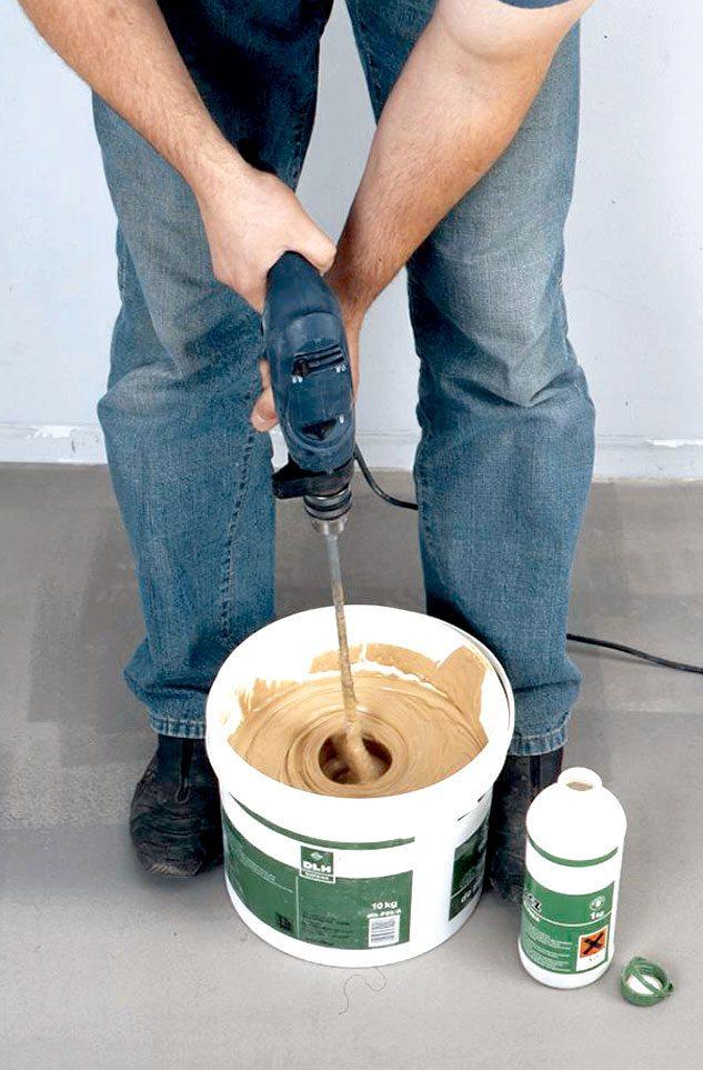 Замешивается клей для укладки плитки на фанеру при помощи дрели.