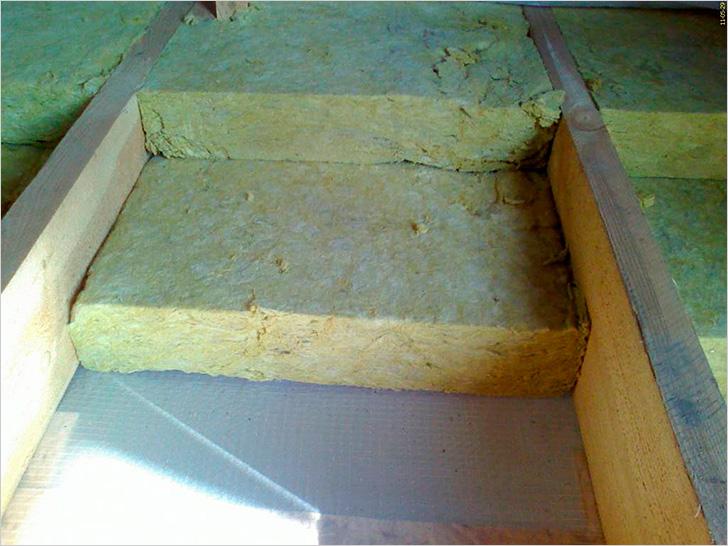 Заполнение пространства между лагами минеральной ватой