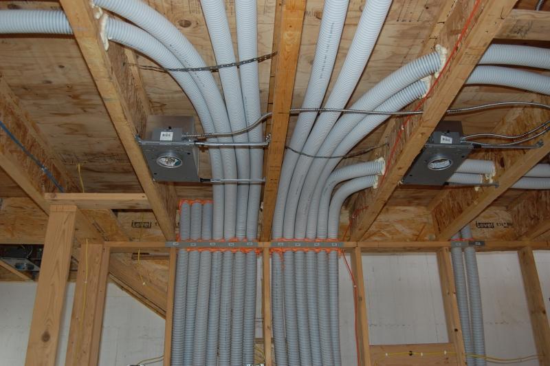 Здесь мы видим пример грубого нарушения ПУЭ – скрытую прокладку кабеля в ПВХ-трубах по сгораемому основанию.