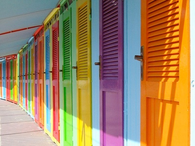 Жалюзийные дверцы могут быть установлены в роли как входных, так и межкомнатных